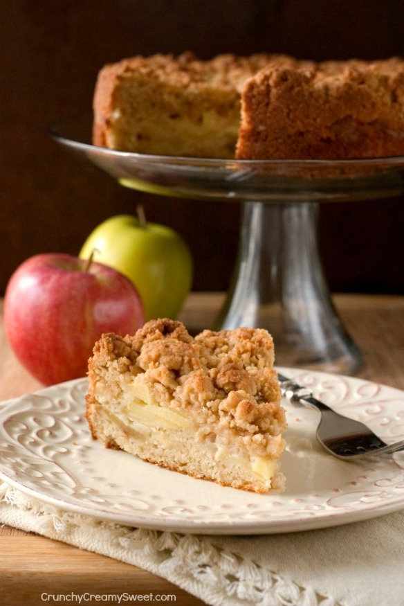 The-Best-Apple-Crumb-Cake-with-lots-of-crumb-topping-and-apples